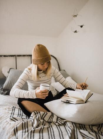 「不安」は心の中でモヤモヤと溜め込んでいると、とても大きな困難が押し寄せているように感じてしまいがちです。いま自分が何に対して不安なのか、どうして不安に思うのかを明確にするためにも、箇条書きで良いので書き出してみましょう。