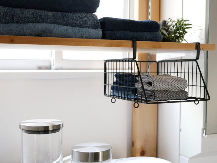 HinataLifeのハンギングバスケットです。バスケットのフックを棚に差し込むだけであっという間に収納スペースが生まれます。 網目なので通気性も良く、湿気がこもりがちな洗面所にピッタリの収納グッズです。