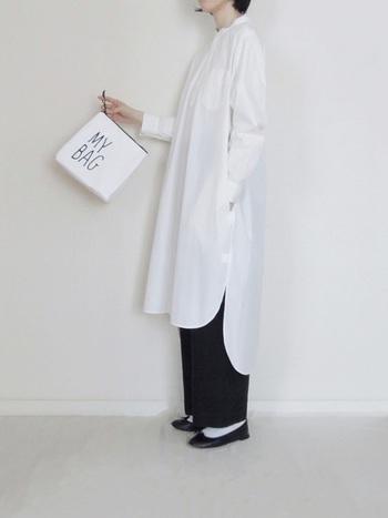 黒のパンツに白のシャツワンピを合わせたコーデ。きれいにアイロンをかけたシャツワンピースは、おうちでもシャキッと背筋を伸ばしたいときにおすすめです。