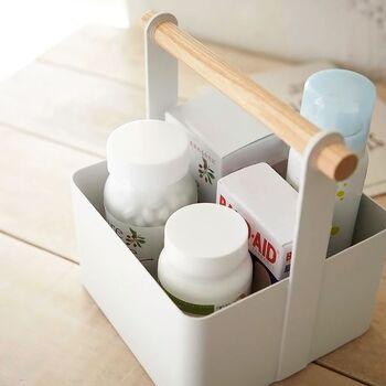 洗面台のまわりは水が飛び散るので、キレイに保つにはこまめな拭き掃除が必要です。Re:CENOの持ち手つきツールボックスなら、ひょいっと手軽に持ち上げることができます。  持ち手のない収納ケースだと、端をつまんで持ち上げて中身が落ちることもあります。掃除のたびにバランスを取っていると、掃除が面倒に感じてしまいます。  持ち手があれば、洗面台の拭き掃除も苦にならず、衛生的な洗面所を維持できますよ!