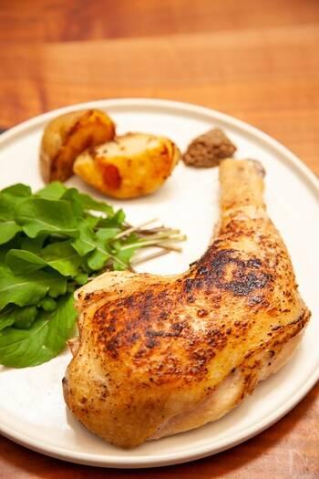 炊飯器とジップロックを使えば、少ない量のオイルでたった10分ほどで完成◎ 骨付きの鶏肉を使うと豪華ですが、もちろん骨なしの鶏もも肉でも◎ 最後に皮目をパリッと焼き付けるのがコツです。