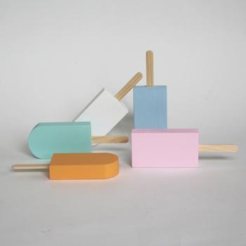 木材やプラスチックを使ってユニークな作品作りをしている西本良太さんによる作品。中でも有名なこちらは木でできたアイス。無駄をそぎ落としたミニマムなシルエットです。立たせたり重ねたり、カラフルでポップなアイスに心がなごみます。