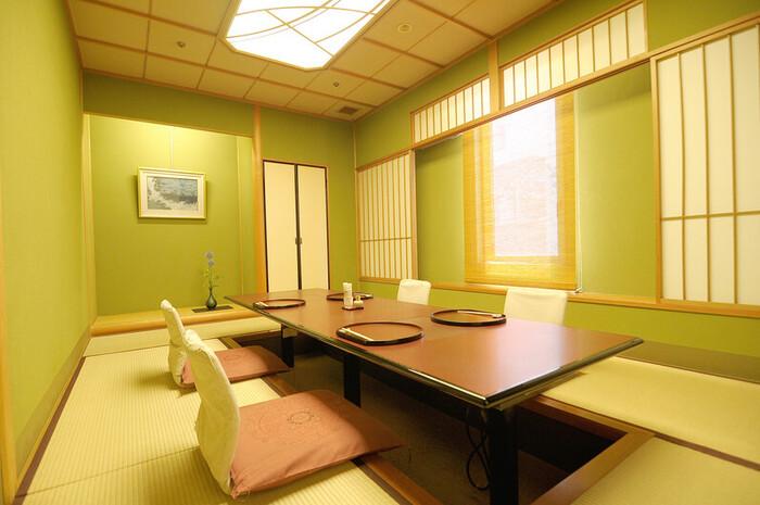 有馬温泉の老舗旅館「中の坊瑞苑」が直営する日本料理店。個室が充実していて、2~35名までお座敷の完全個室を利用可能。いずれも堀ごたつ式なので、正座に慣れていなくても安心。