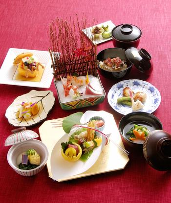季節に合わせて食材だけでなく、器や盛り付けも変えて季節感を大事にした懐石料理。料理から日本の風情を感じることができます。お赤飯や祝箸も付けられるので、顔合わせや結納にもぴったり。