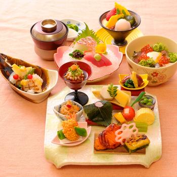 ちょっとしたお祝いなら、海鮮丼や点心のコースを。上品で華やかな盛り付けに心まで華やぎそう。どの料理も食材の風味や食感が活きるように調理されていて、老舗ならではの味を楽しめます。