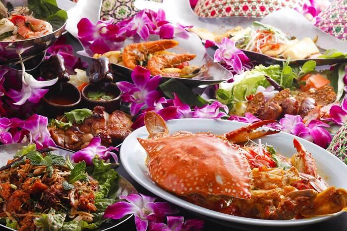 ランチタイムはビュッフェスタイルで、平日は15種類、土日祝は20種類の本格タイ料理が楽しめます。タイのリゾートをイメージしたメニューで、タイカレーやタイ風ヌードルの他、タイならではの前菜や魚料理、肉料理、デザートがズラリ。バイキングなので、色んな料理を少しずつ食べられるのも魅力です。