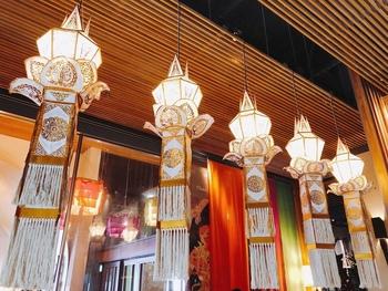 店内はタイ北部・チェンマイの伝統的な灯篭や、チェンマイのアーティストのアートが飾られ、海外旅行気分を味わえます。個室やテラス席もありますよ。