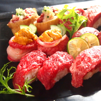 国産A5ランクの和牛を使った肉寿司が楽しめる肉バル。ランチは土日祝のみで13時からの営業です。馬肉の肉寿司や、ウニを乗せた肉の軍艦巻き、肉のいなり寿司など変わりだねも豊富。