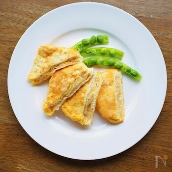 豚肉や鶏肉で作ることが多いピカタは、油揚げでもアレンジすることができるんです。油揚げにチーズをたっぷり詰めて、卵を絡めて焼き上げると、ボリューム満点の油揚げピカタが出来上がり!チーズの味付けで、お子さんにも喜ばれそうなレシピです。