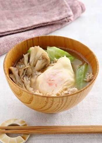 鳥の挽肉やちぎりキャベツ、舞茸など、包丁を使わずに簡単に作ることができる「具だくさんみそ汁」。ぜひ良質なタンパク質を摂取できる卵もプラスして召し上がれ!