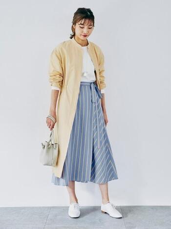ストライプの爽やかなスカートが主役のコーデには、はおりものでさし色をプラス。コーデが華やかになり、気持ちまで明るくなりそう。