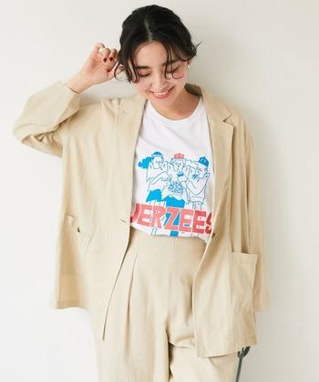 リネンのテーラードジャケットセットアップは、古着っぽい遊びの効いたTシャツを合わせてレトロな雰囲気のコーデに。コーデがメンズライクなのでヘアやメイク、アクセサリーで女性らしいスパイスをプラスしましょう。