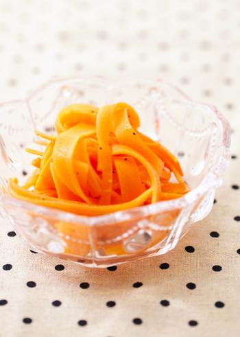 フランスのデリの定番「にんじんのラぺ」。ピーラーでのリボン状カットがかわいく、一気におしゃれな食卓に。時間が経つほどオリーブオイルが馴染む、常備菜に最適な副菜です。