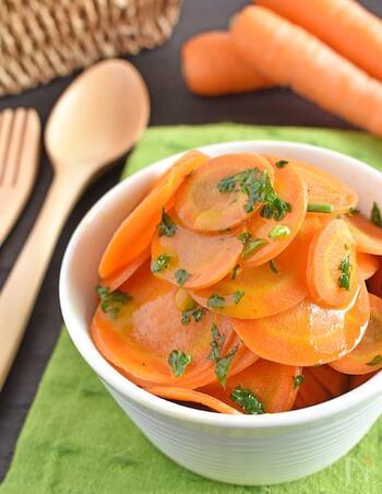 人参を薄くスライスすることでレンジでも簡単に作れる「人参のグラッセ」。しっかり洗って皮ごと食べれて栄養満点。砂糖は使わず人参だけの甘みが引き出された、子どもたちも大好きな味です。