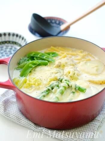 こちらは、春野菜や鶏もも肉も入った具だくさんのマカロニスープです。鶏肉は一度フライパンで焼いてから煮込むのがコツ。牛乳を使ってミルクベースのスープに。最後に溶けるチーズをのせて、とろ~りさせたら出来上がり。春野菜は、季節の野菜でアレンジするのも良いでしょう。お好みでブラックペッパーを振って♪
