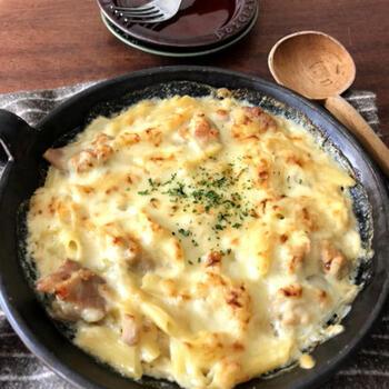 こちらはお鍋なしで作れるマカロニグラタンのレシピです。鶏肉も玉ねぎも、マカロニまで一緒に電子レンジで加熱する作り方。マカロニは早茹でタイプが良いのだそう。ホワイトソースも含めてグラタンのベースが、一度にできちゃいます。グラタン皿に入れて、チーズをかけてトースターで焼いたら完成♪