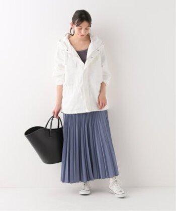 パーカータイプのブルゾンにチャコールグレーのトップスを合わせ、ブルーのスカートを加えて涼しげな印象に。夏を先取りしたいときはこんなカラーコーデがおすすめです。