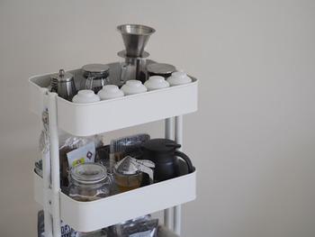 コーヒーツールやカップ、茶葉をまとめてキッチンで使うのもいいですね。ホワイト、ブラック、グレーグリーンなどお部屋のテイストに合わせて選べます。