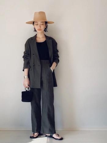 麻混のダブルボタンジャケットがお洒落なセットアップ。深いダークグリーンにはブラックのインナーでグラデーションっぽい色使いを意識。帽子とサンダルで季節感と抜け感を取り入れて。