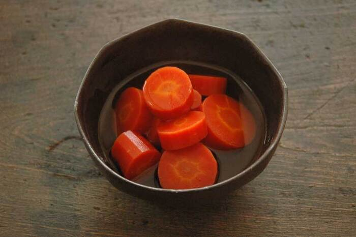 人参の鮮やかさに心奪われる「人参の煮物」。だし汁と醤油などの調味料と10分煮込むだけのシンプルで素朴な味わいで、旨みがたっぷり味わえます。