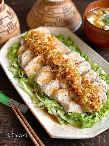 レンチンで蒸し鶏を作るのでとっても簡単。よだれ鶏のポイントは、やっぱりうまみがギュッと詰まったタレ。鶏肉にはもちろんレタスにもたっぷりかけてご飯と一緒にいただきましょう!