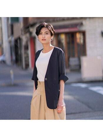 カットソー+パンツのコーデも、ネイビーのノーカラージャケットを羽織れば一気にクールな雰囲気に。メリハリが生まれ、どこか芯のある雰囲気が漂います。