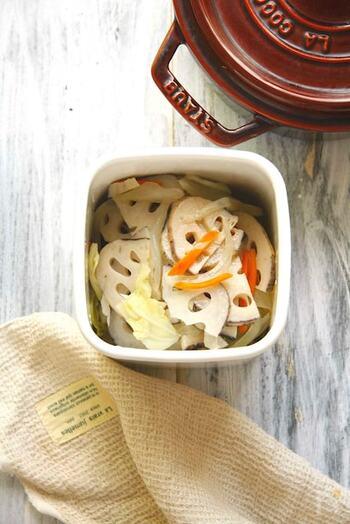 レンコンなどの野菜を重ねて煮る常備菜。そのまま食べたり、サラダに加えたり、いろんな料理に活用できます。たっぷり作っておくと、ごはん作りの強い味方になってくれますよ。