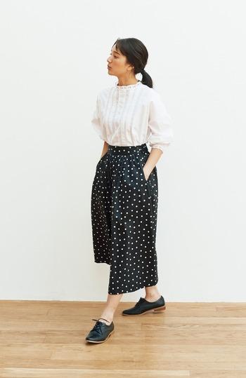 シンプルなドット柄のパンツは、ベーシックなトップスからワンピースまで着こなしの幅が広がります。レースブラウスと合わせればクラシカルな雰囲気もつくれるので、モダンテイストな服装が好きな人におすすめですよ。