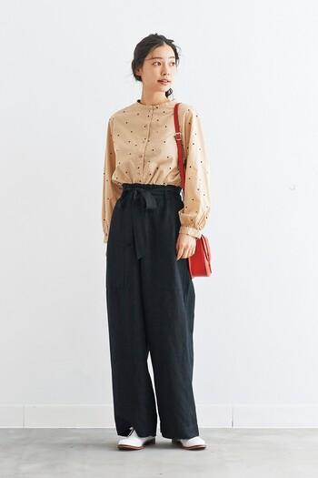 小さめドットにはベーシックな色合いのものをチョイスしてあげれば、大人な着こなしになり活用範囲が広がります。ワイドパンツもスリムパンツもスカートもどれにも相性がいいのもうれしいですね。