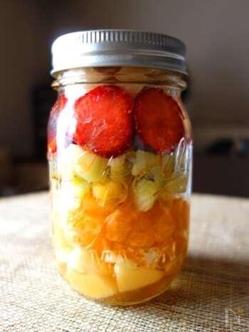 色とりどりのフルーツを詰め合わせたイタリア風フルーツポンチ「マチェドニア」。食べる寸前までよく冷やしておいて、ヨーグルトやアイスクリームにかけて華やかに。