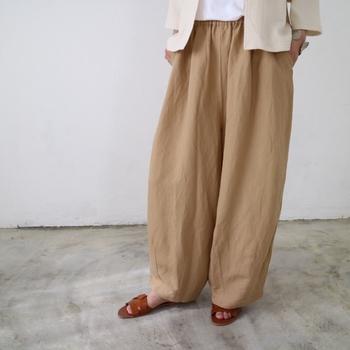 リネンレーヨン素材のワイドパンツは、控えめな光沢感のある生地で上品に見せられます。裾にダーツが入っているので、ワイドシルエットながらもストンとまとまりがあります。