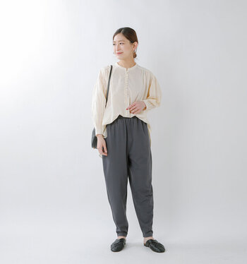 おうちで履くのにぴったりな柔らかいジャージー素材のパンツ。裾に向かって細くなるシルエットなので、きれいめに履けてお出かけにもOKです。