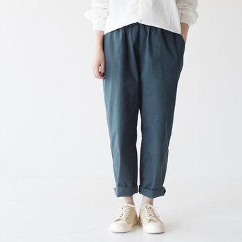 コットン素材のワイドシルエットパンツ。ウエストが総ゴム仕様なので、リラックスして履くことができます。裾をロールアップしても可愛いです。