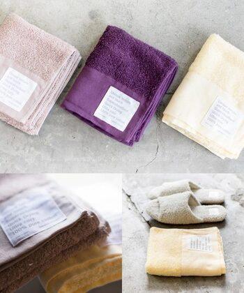 タオルが織りあがった後に、徹底的に後晒し加工を行い、加工中についた糊や不純物を取り除くため、おろしたてから吸水性の良さを実感することができるタオルです。大きめラベルがとてもスタイリッシュですね。深みのある色合いで、並べたときにも落ち着きを感じます。