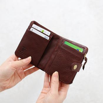 「CINQ」の2つ折り財布は、おさまりのいい小ぶりなサイズ感◎ ふっくらとしたつくりが、革の豊かな表情を引き立てています。 控え目で美しい革の艶感も魅力。アルプス育ちの牛革を、植物性タンニンで鞣し、シボ感の美しいシュリンク仕上げに。 小さいけれど、カードポケットやフリーポケットが充実しているので、収納力は申し分なし。