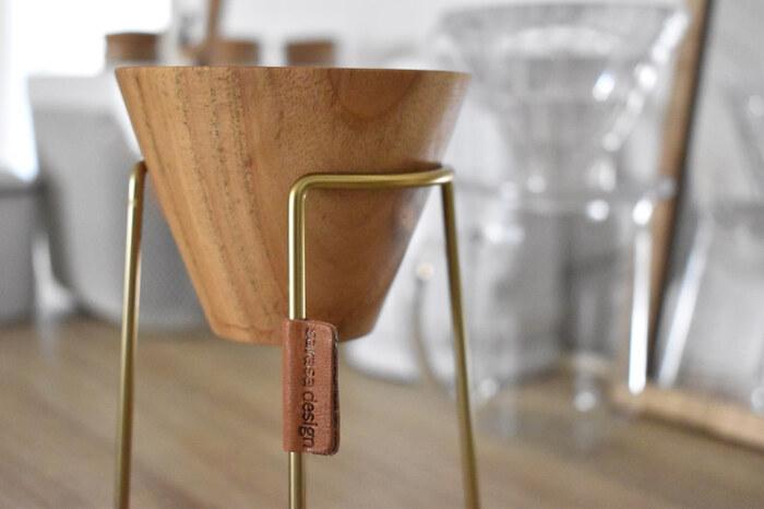 真鍮製で、この落ち着いたゴールド感が、存在感を放ちます。毎朝こちらのコーヒードリッパースタンドで、目覚めの一杯を楽しんでみてはいかがでしょう。