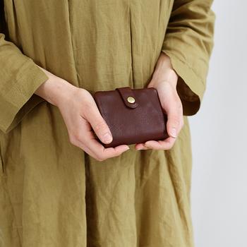 こっくりと深みのあるクラシカルな色なので、洋服やバッグを選ばず、コーディネートしやすいですね。 小さなバッグでもスムーズに出し入れできて、ストレスフリーに。