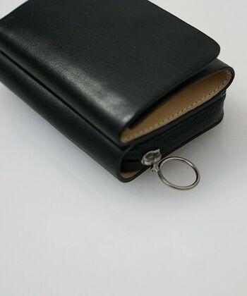 ファスナー部分が、水の侵入を防いでくれる止水ジップになっている機能的な3つ折りミニ財布。 もちろんレザーも防水◎ 革財布でありながら雨の日やアウトドアにも気にせず使える頼もしいアイテムです。