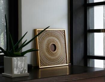 「輪弧編み」という技法によって竹ひごを編んで創られたユニークなインテリアフレーム。こちらは岩手県の竹職人さんの手によってひとつひとつ丁寧に編んで作られています。竹の表皮の異なる色の濃淡を生かした繊細でモダンな唯一無二の作品です。天然素材のため月日が経つにつれて濃い飴色に変化していくのも楽しさがあります。