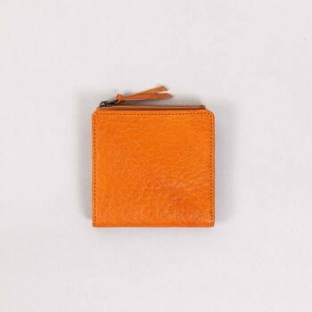 国内タンナーを通してブランドオリジナルの革を作成。素材、デザインまでこだわり抜いたBox & Coxのお財布。 たっぷりとオイルを含んだヌメ革は丈夫でハリがあるのに、柔らかな表情に。長く愛用するにふさわしい、育てがいのあるお財布です。