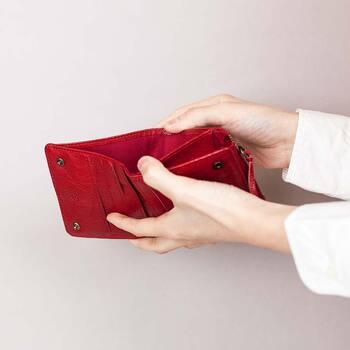 スナップを開けばたくさんのカードポケットが。コインケースはファスナー式で、お財布を開かなくても出し入れできる独立型。 ボトムのポケットにすっと入れやすいサイズ感◎