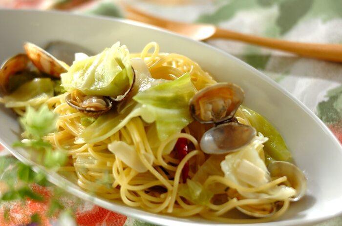 アサリとパスタを一緒に煮込むので、パスタが貝の旨みを余すことなく吸って美味しい。唐辛子の刺激とニンニクの香りに食欲がそそられるひと皿です。
