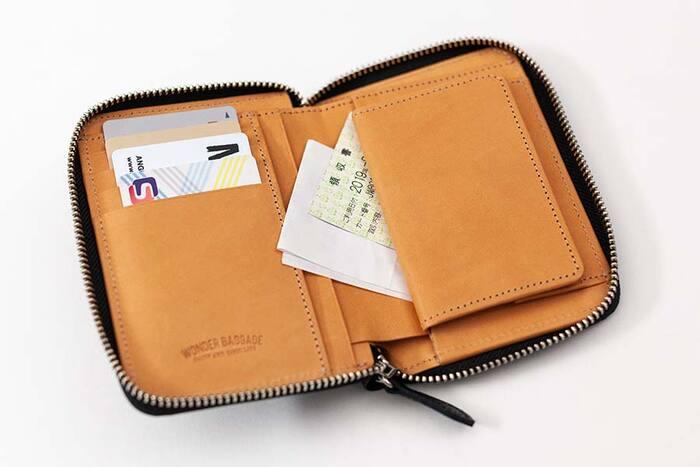 背面にICカードが入れられるほか、カードポケットが充実。コインケースの裏側もレシートやチケットを入れやすいフリーポケットが付いており、コンパクトでも収納力◎ 内革には、汚れが目立ちにくいタンニンレザーが使用されています。