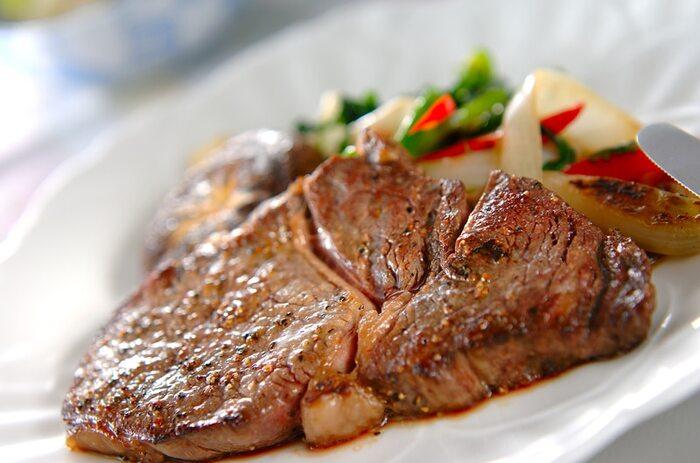 夕食がステーキだったら、ちょっと特別な日のような気がするように、自宅で作る機会は少ないと思います。こちらはフライパンで焼くステーキの簡単レシピ。焼く前にお肉を常温に戻しておくのが美味しく仕上がるポイントです。野菜を添えて彩り良く♪