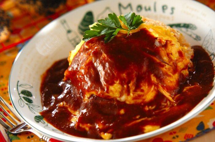 オムライスも洋食屋さんの人気メニューのひとつ。実は日本発祥の洋食なんですよ。レストラン風の1皿にするなら、卵は半熟くらいが丁度いい。デミグラスソースをたっぷりかけて、見た目もおいしく仕上げてください。