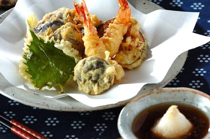 お惣菜の天ぷらもおいしいですが、やっぱり揚げたてには敵いません!食材はお好みでOK。海老、しいたけ、かぼちゃ、にんじん、ナス、れんこんなど定番のものを中心に、季節に合わせた旬の食材を入れると、より本格的な1皿に仕上がるでしょう。