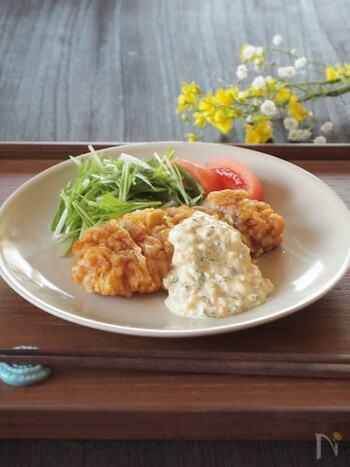 ガッツリ系の和食メニューなら、チキン南蛮がおすすめ!宮崎県発祥の人気料理です。カリッと揚げた鶏肉を南蛮酢につけ、タルタルソースでいただきます。こちらでは、タルタルソースのレシピも紹介されているので、ぜひ作ってみてください。