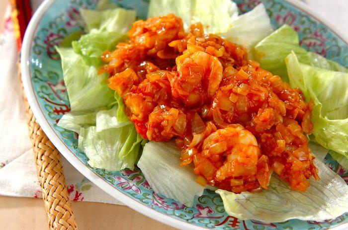エビチリも人気の中華料理のひとつ。プリプリのエビを使って作りたいですね。もう少しお手軽に作りたい時は、むきエビを使ってもいいでしょう。味付けは、市販の素は使わず手作りで!レタスと一緒に盛り付ければ、見た目もバッチリ◎ご飯がすすむ1皿です。