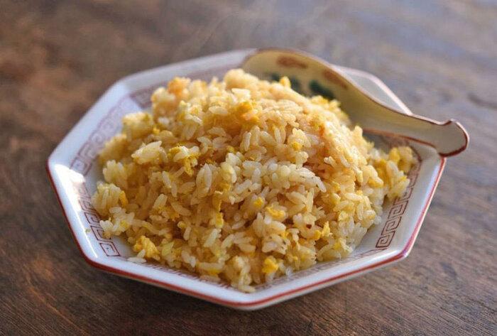 簡単に作れるチャーハンですが、お店のようにパラパラに仕上げるのは、意外と難しいですよね。色々な方法がありますが、こちらのレシピの様に炊き立てご飯を使えば、簡単にパラパラにすることができます。使われている具材は白ネギと卵のみ。チャーシューや缶詰のカニも相性バッチリです。