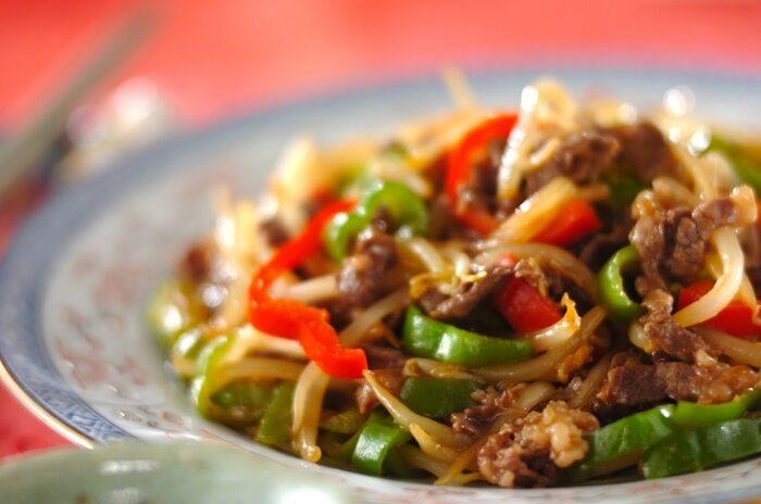 青椒肉絲もおさえておきたいメニューです。強火でサッと炒めることが、おいしく仕上げるポイント。レシピでは、もやしと赤・緑2色のピーマンを使って、彩り良く仕上げています。お肉の下準備のひと手間もおいしさの秘訣です。